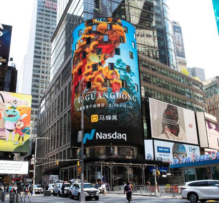 世通社助马蜂窝摄影展成功展播于纽约时代广场纳斯达克大屏